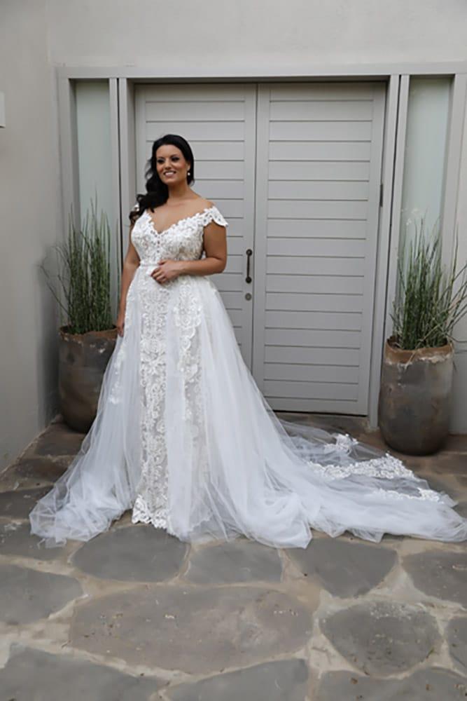 אדל מבית סטודיו לבנה שמלת כלה במידה גדולה צמודה עם מחשוף ושרוולי תחרה קצרים עם חצאית טול לכניסה לחופה עדינה