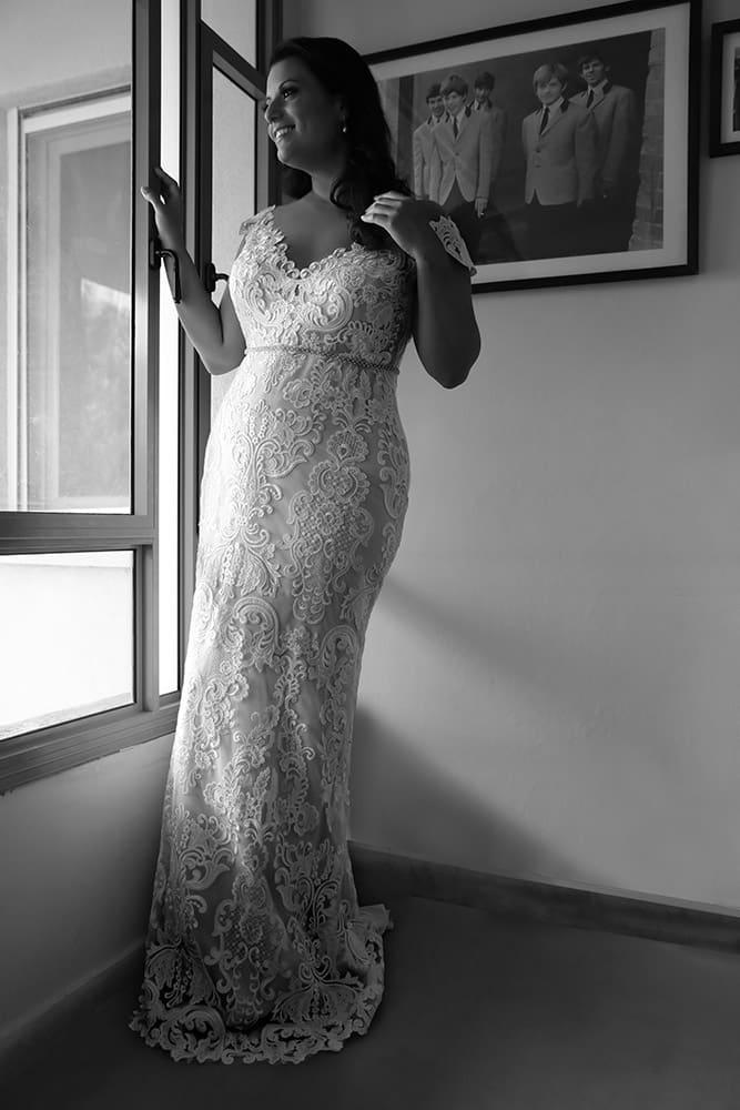 אדל מבית סטודיו לבנה שמלת כלה במידה גדולה צמודה עם מחשוף ושרוולי תחרה קצרים וחגורת חרוזים עדינה