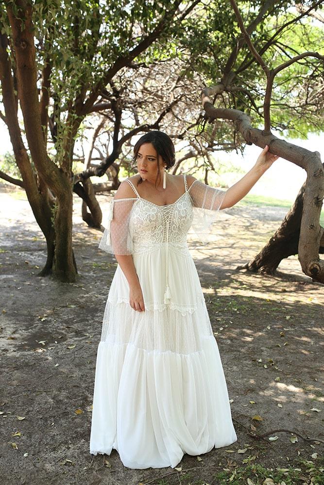 אגתה מבית סטודיו לבנה שמלת כלה בוהו שיק במידה גדולה תחרה עדינה עם שרוולים נופלים וחצאית קומות משולבת