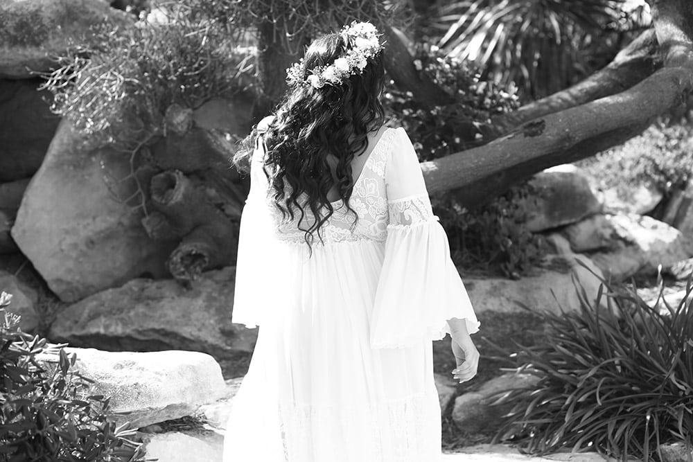 אלנה מבית סטודיו לבנה שמלת כלה בוהו שיק עם חצאית קומות ושרוולי שיפון ותחרה תואמים
