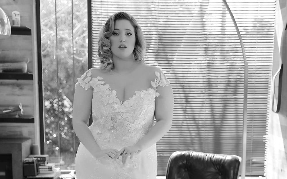 בטרפליי מבית סטודיו לבנה, שמלת כלה במידה גדולה צמודה עם מחשוף עמוק וכתפיות תחרה אוף שולדר