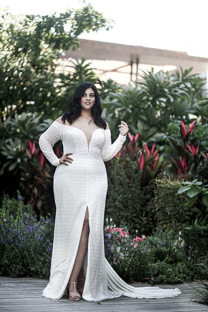 צ'רי מבית סטודיו לבנה, שמלת כלה במידה גדולה בוהו שיק עם שרוולי תחרה ארוכים ומחשוף עמוק, חצאית צמודה עם שסע