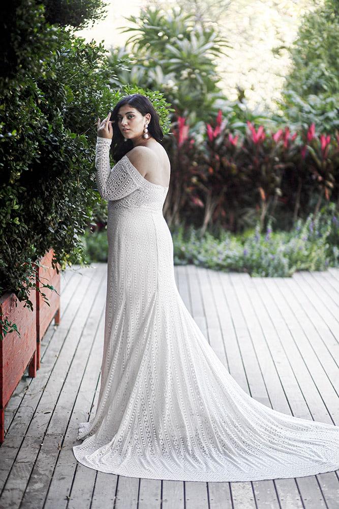 צ'רי מבית סטודיו לבנה, שמלת כלה במידה גדולה בוהו שיק עם שרוולי תחרה ארוכים ומחשוף עמוק, חצאית צמודה ושובל