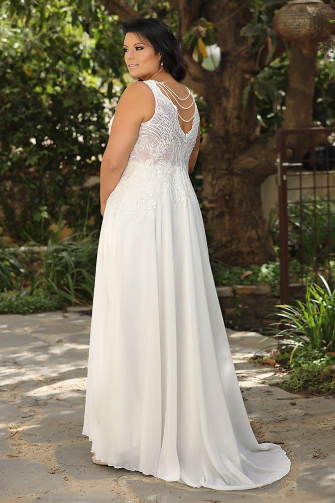 קלואי מבית סטודיו לבנה, שמלת כלה רומנטית עם תחרה מחורזת ופנינים וחצאית שיפון