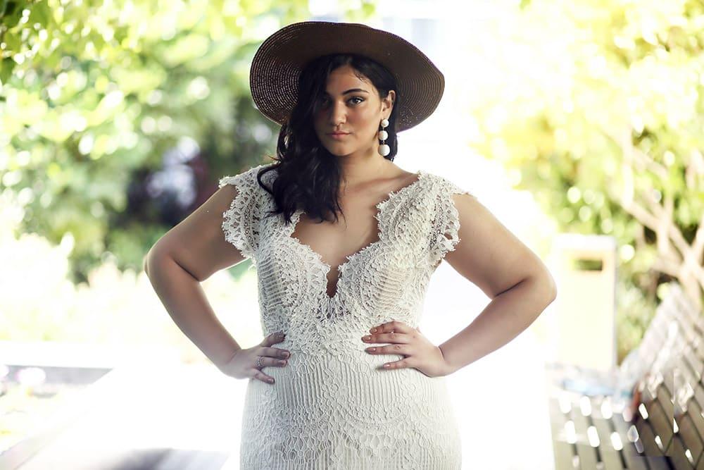 אסמה מבית סטודיו לבנה שמלת כלה במידה גדולה , צמודה מתחרה עם שובל ארוך