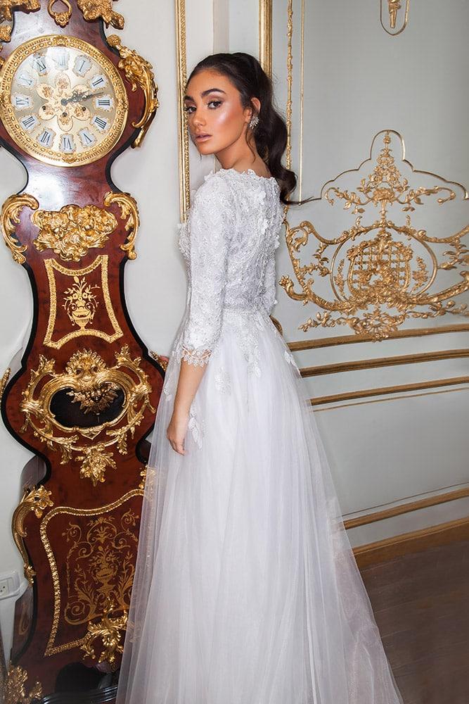 פלורה מבית סטודיו לבנה , שמלת כלה צנועה חלק עליון תחרה עשירה ומחורזת וחצאית טול עדינה