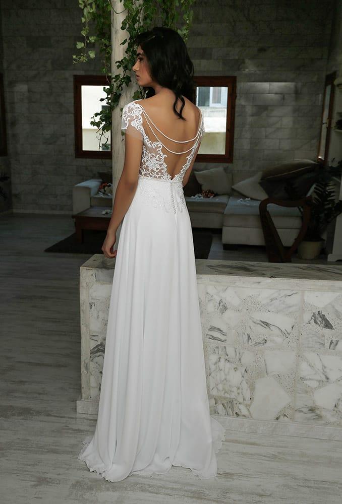 הדר מבית סטודיו לבנה שמלת כלה קלאסית עם תחרת פיתוחים וגב פתוח עם פנינים חצאית נשפכת