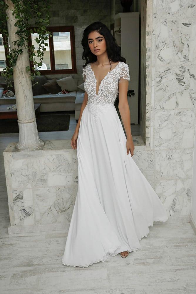 הדר מבית סטודיו לבנה שמלת כלה קלאסית עם תחרת פיתוחים ומחשוף וי עמוק חצאית נשפכת