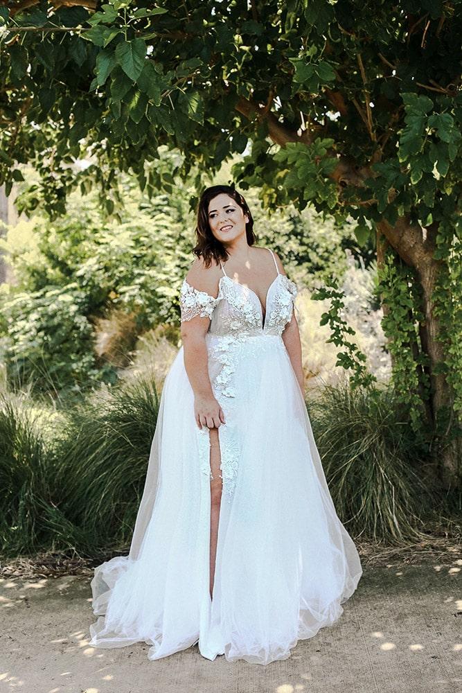הולי מבית סטודיו לבנה, שמלת כלה במידה גדולה בגזרת נסיכות עם חצאית טול קלילה ותחרה מחורזת