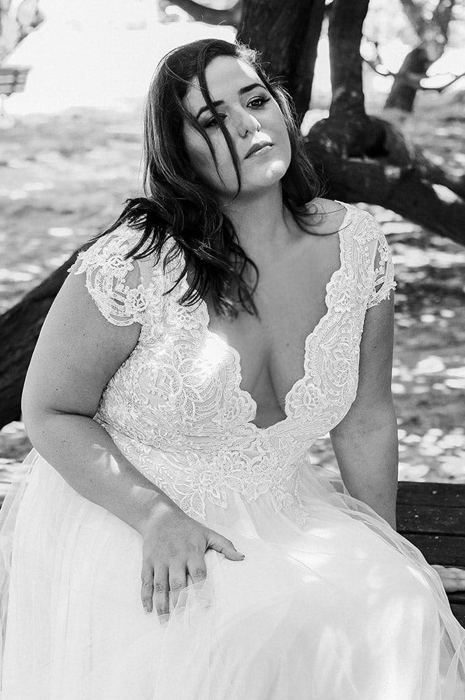 ג'ס מבית סטודיו לבנה שמלת כלה עם חצאית טול נפוחה עדינה וטופ תחרה בעל מחשוף וי עמוק ושרוול תחרה קצר