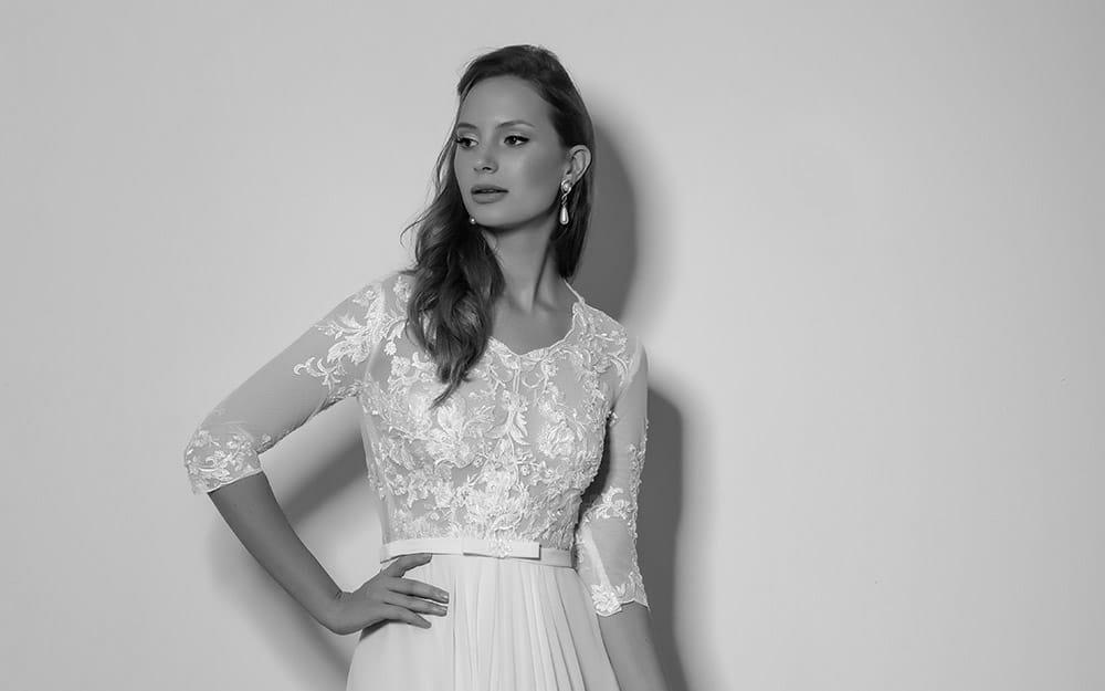 קלינה מבית סטודיו לבנה שמלת כלה צנועה עם תחרת פרחים קלאסית ועדינה
