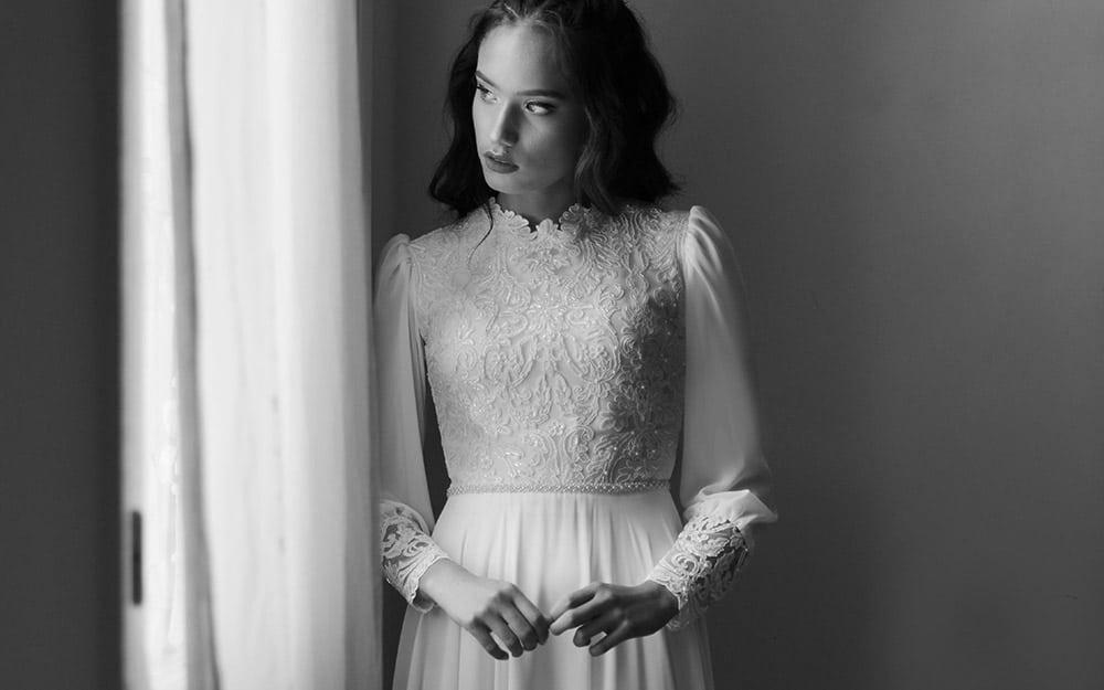 קאלה מבית סטודיו לבנה שמלת כלה צנועה עם תחרה מחורזת צאוורון גבוה ושרוולי שיפון עדינים