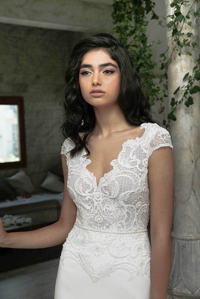 לאנה מבית סטודיו לבנה שמלת כלה עם מחשוף תחרה מחורזת וחצאית צמודה
