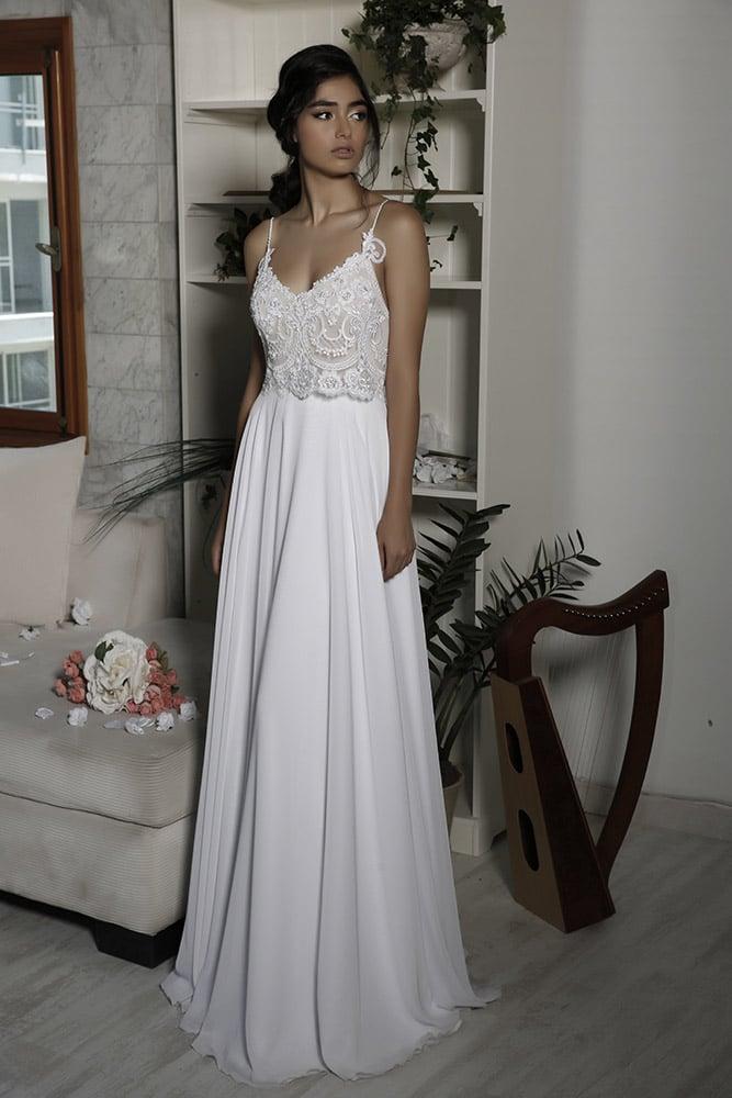 לארה מבית סטודיו לבנה שמלת כלה קלאסית עם חלק עליון של תחרה מחורזת עדינה וחצאית נשפכת