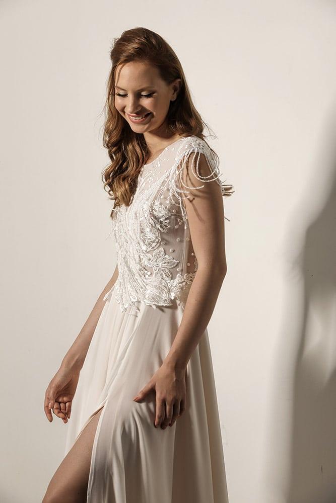 לארה מבית סטודיו לבנה שמלת כלה צנועה שרוול קצר עם פרנזים ותחרה מנצנצת
