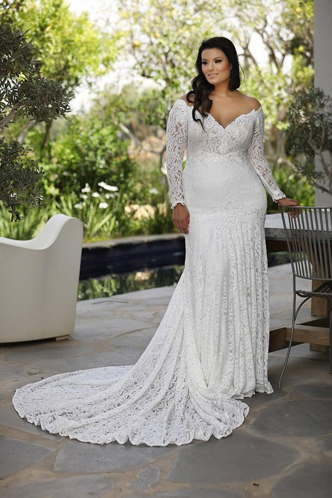 לידה מבית סטודיו לבנה שמלת כלה צמודה בגזרת בת הים מתחרה עם מחשוף פתוח ושרוולי תחרה ארוכים