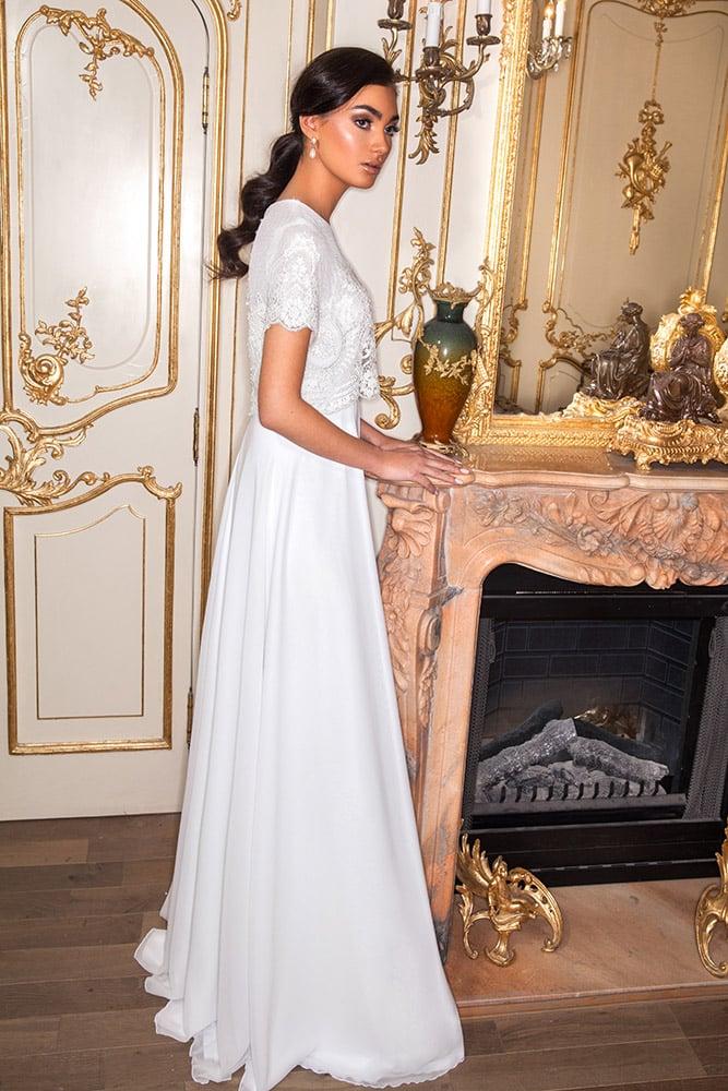 לידה מבית סטודיו לבנה שמלת כלה צנועה עם שרוול קצר חלק עליון עשיר מחורז עם פנינים וחצאית שיפון חלקה