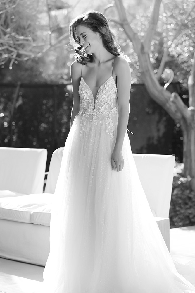 לינוי מבית סטודיו לבנה שמלת כלה עם כתפיות דקות תחרת פרחים עדינה וחצאית טול נסיכותית ומנצנצת