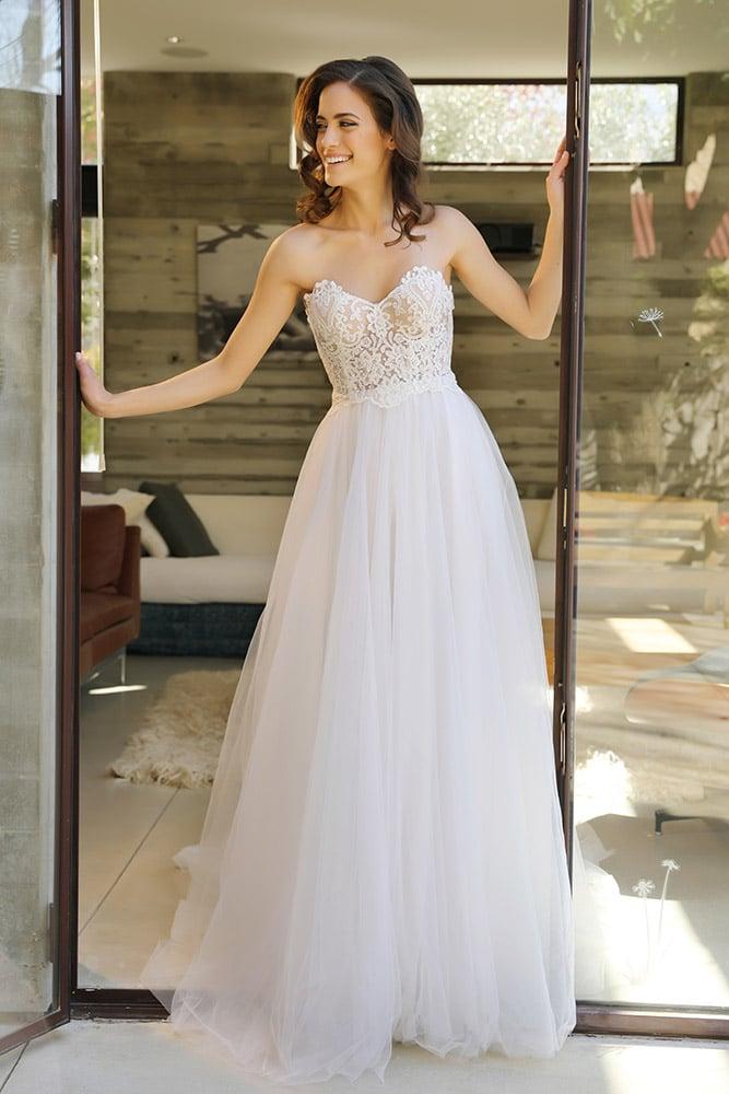 לונה מבית סטודיו לבנה שמלת כלה סטרפלס קלאסית עם מחוך חצי שקוף תחרה עדינה ופייטים וחצאית טול