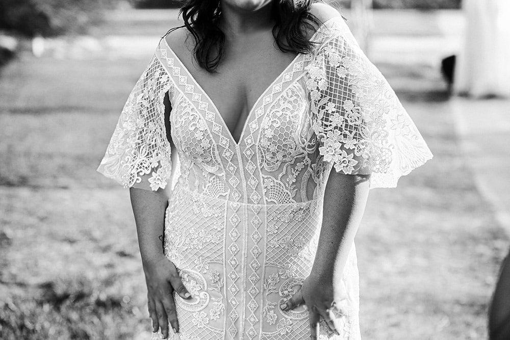 שמלת כלה צמודה עם שסע ומחשוף וי עמוק , שרוולי חצי פעמון ותחרה עשירה לונה מבית סטודיו לבנה