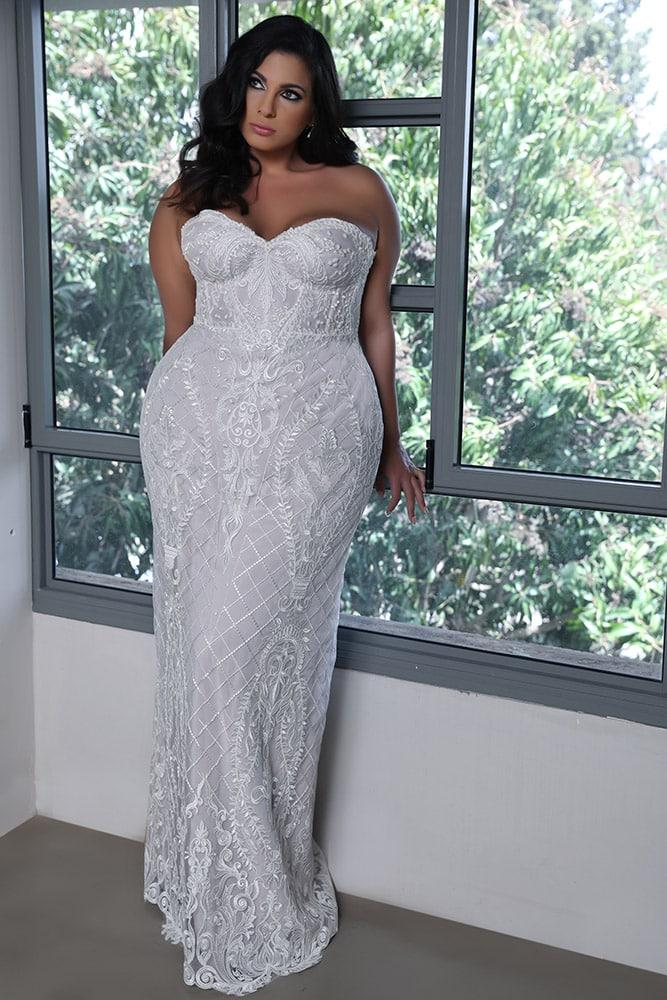 מדלן מבית סטודיו לבנה, שמלת כלה מתחרה בגזרה צמודה סטרפלס עם מחוך ופנינים