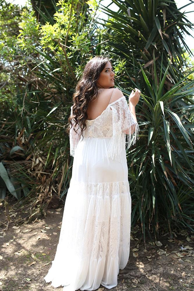 משה מבית סטודיו לבנה, שמלת כלה בוהו שיק במידה גדולה עם שרוולי תחרה ופרנזים וחצאית קומות עשירה