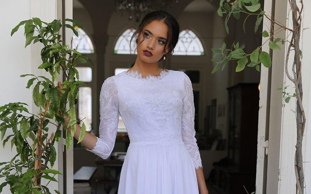 מילה מבית סטודיו לבנה שמלת כלה צנועה וקלאסית עם תחרת פרחים עדינה