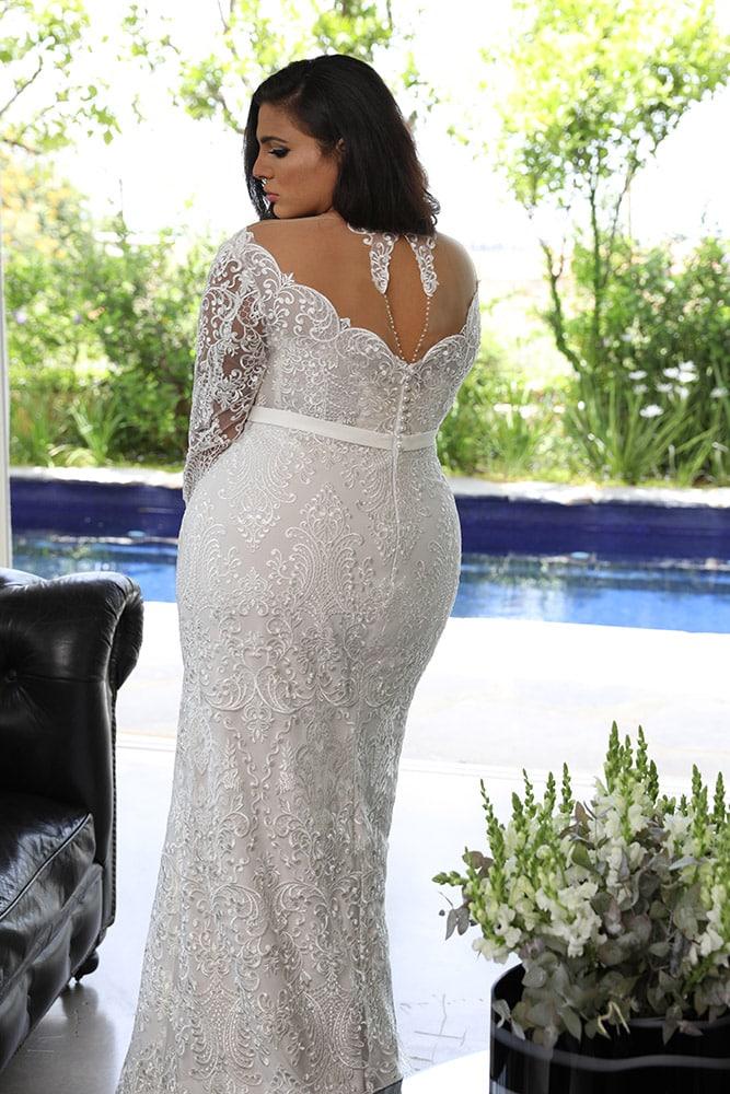 מילנה מבית סטודיו לבנה שמלת כלה צמודה מתחרה במידה גדולה עם גב סגור ושרוולים ארוכים