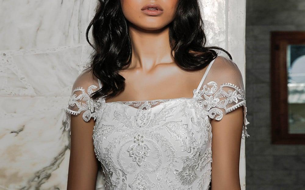 מירה מבית סטודיו לבנה שמלת כלה שיקית עם שרוול תחרה קצר תחרה מחורזת ועשירה