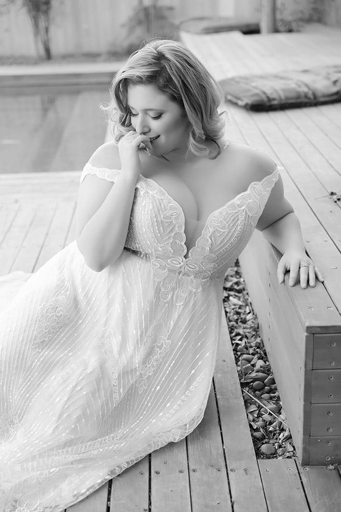 שמלת כלה מחשוף עמוק כתפיות אוף שולדר ותחרה מנצנת עם פייטים נטלי מבית סטודיו לבנהו