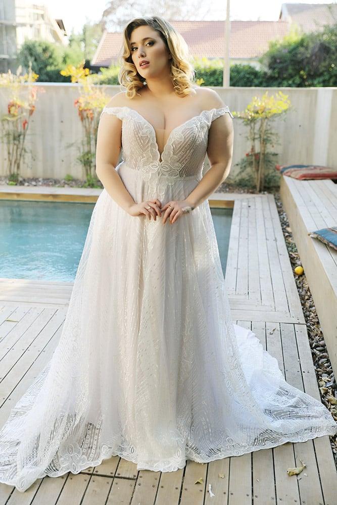 נטלי מבית סטודיו לבנה שמלת כלה מידה גדולה, תחרת פייטים עשירה עם מחשוף עמוק וכתפיות נופלות