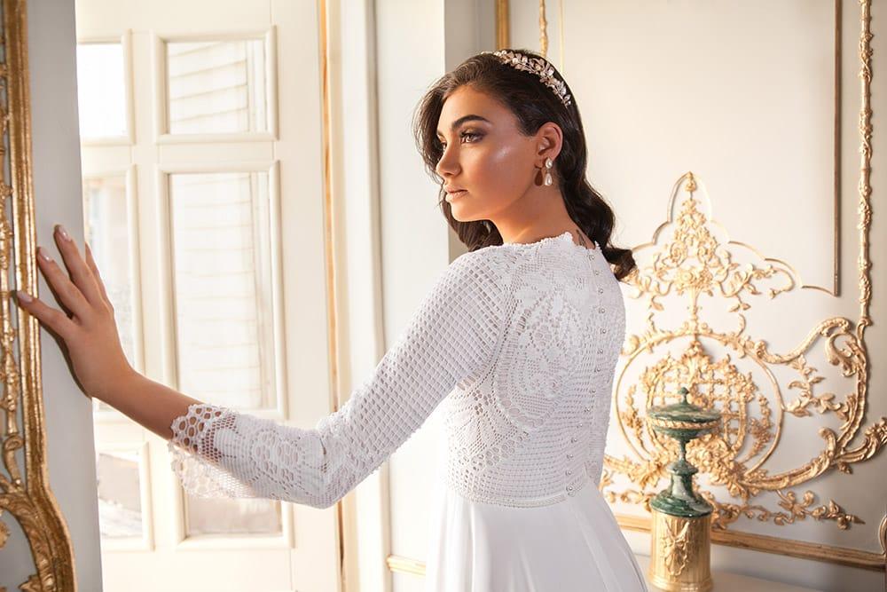 אורית מבית סטודיו לבנה שמלת כלה צנועה מתחרת קרושה משובצת פנינים