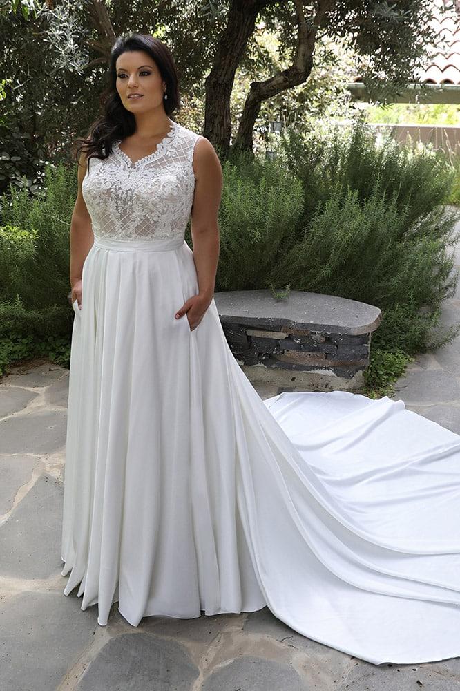 פאולה מבית סטודיו לבנה שמלת כלה חלק עליון תחרה ופניינם וחצאית סאטן עם כיסיםוחצאית נקייה