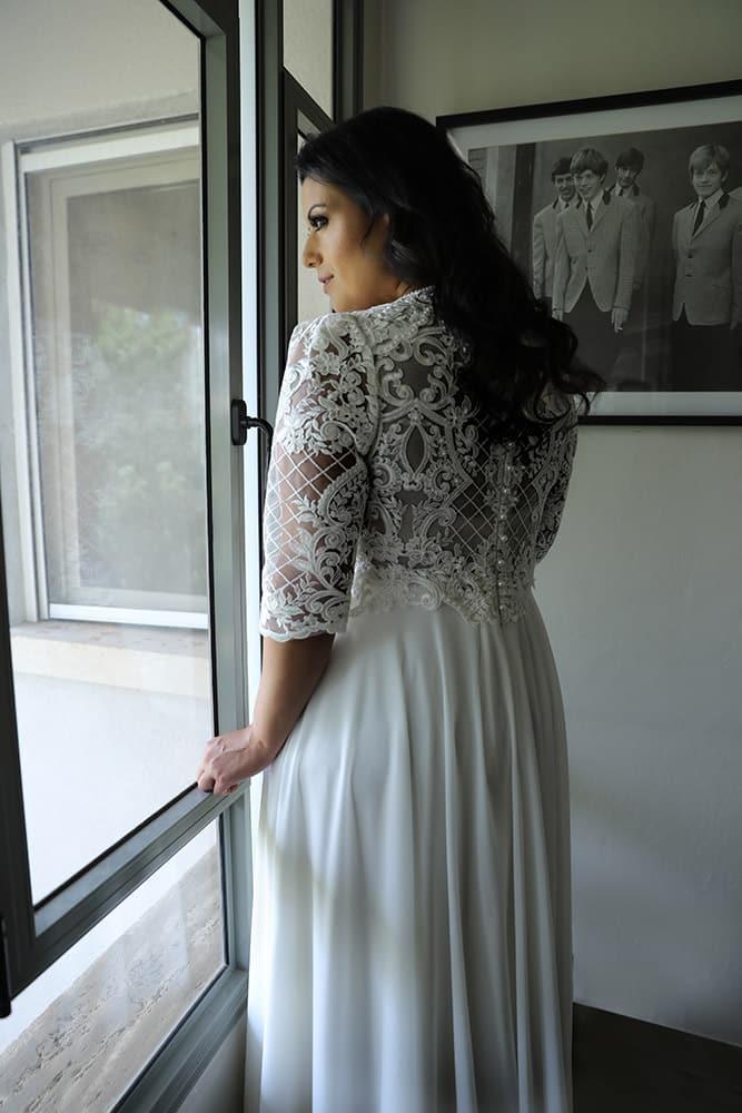 פאולה מבית סטודיו לבנה שמלת כלה חלק עליון ושרוולי תחרה וחצאית נקייה