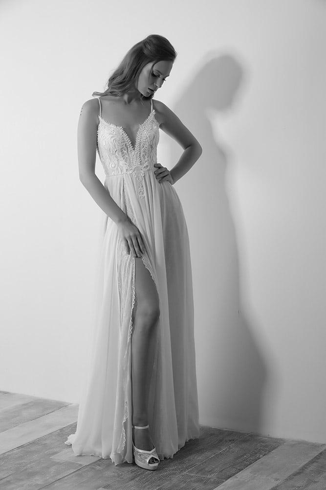 פרפר מבית סטודיו לבנה שמלת כלה קלאסית עם שסע תחרה עדינה עם פנינים ואיקס בגב