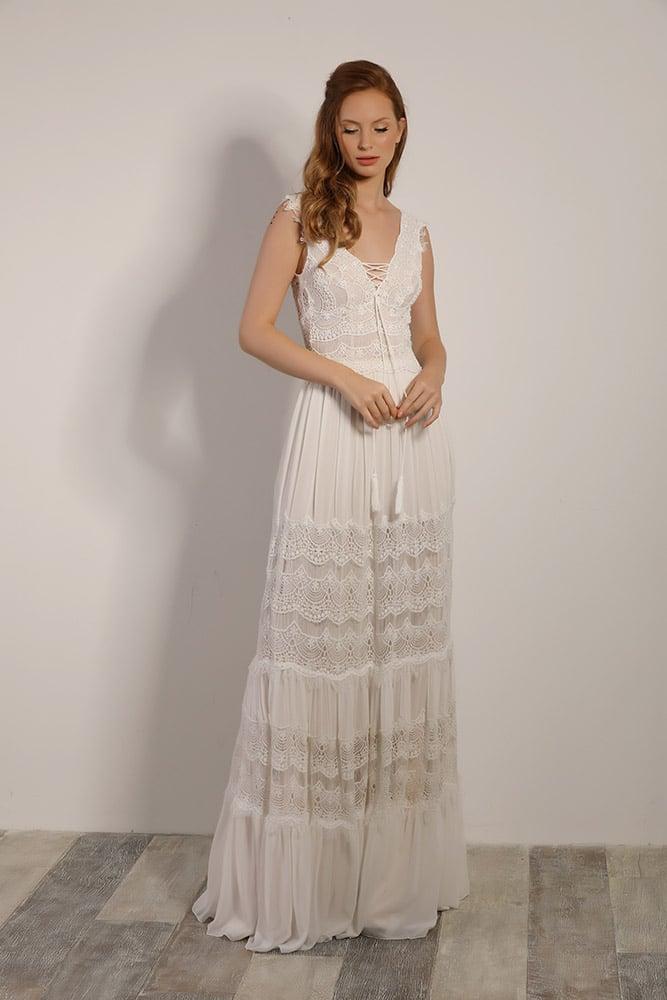 פטרה מבית סטודיו לבנה, שמלת כלה בוהו שיק עם תחרה כפרית עדינה וחצאית קומות משולבת שיפון ותחרה