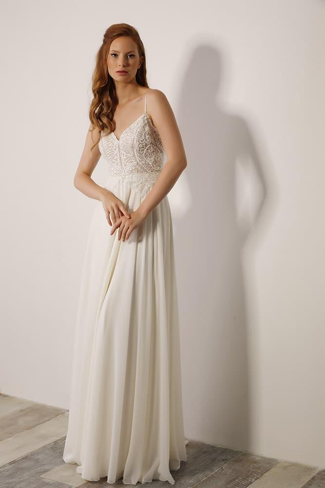 פולינה מבית סטודיו לבנה שמלת כלה קלאסית עם תחרת פיתוחים ופנינים עדינות גב פתוח וחצאית נשפכת עדינה