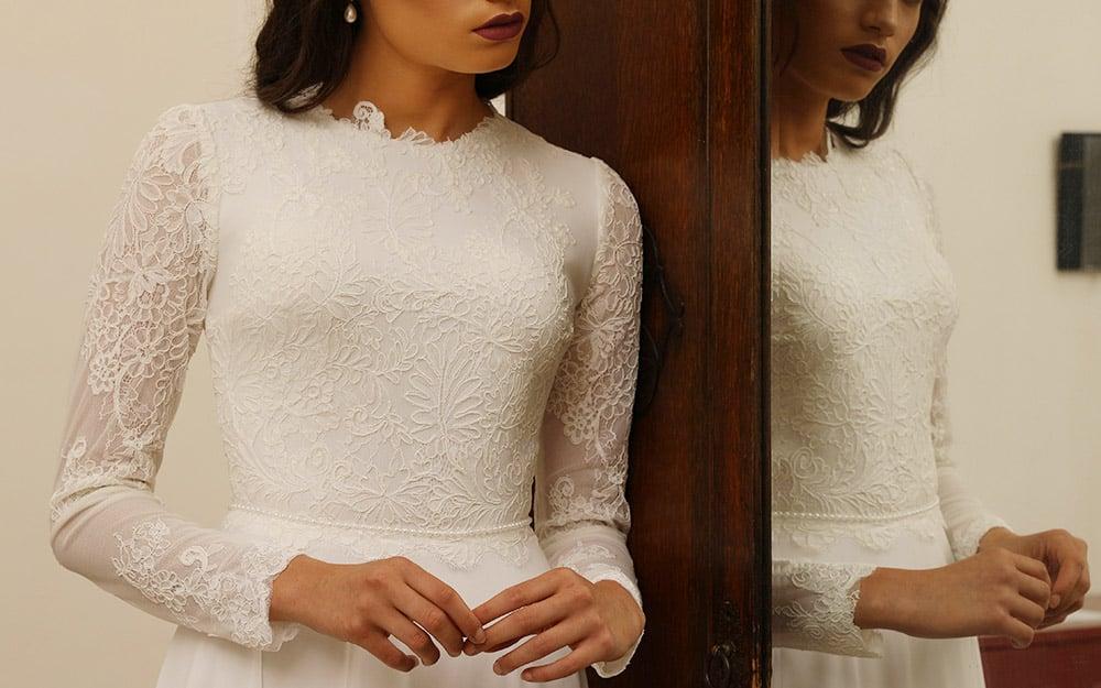 רינה מבית סטודיו לבנה שמלת כלה קלאסית צנועה עם תחרת פרחים וחגורת פנינים עדינה