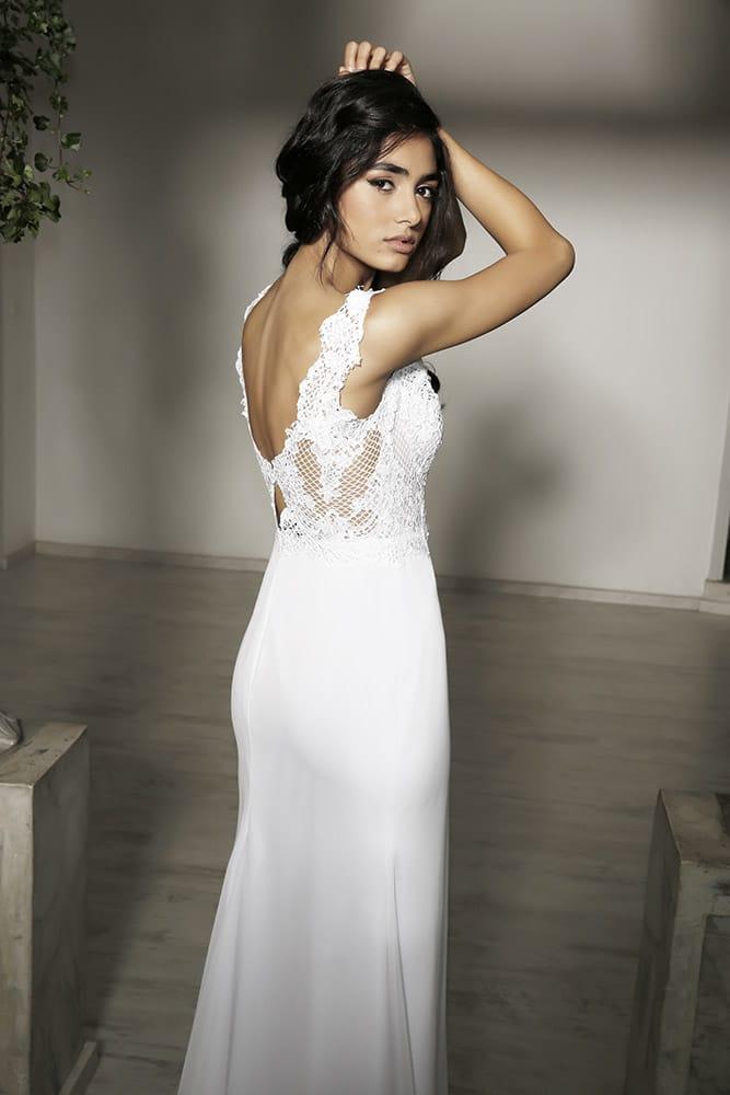 רונה מבית סטודיו לבנה שמלת כלה עם גב חצי פתוח תחרה משולבת וחצאית צמודה