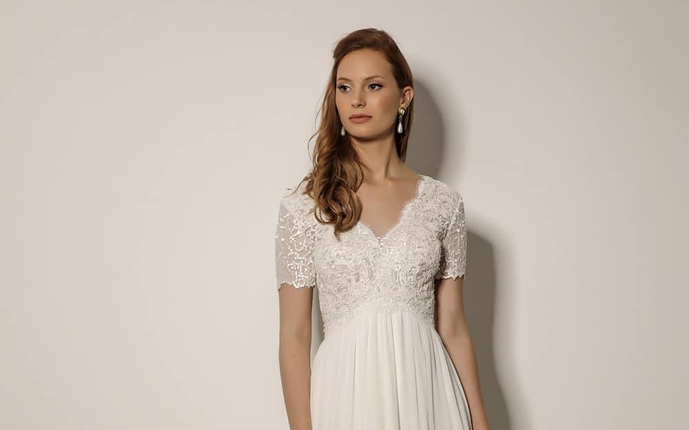 רות מבית סטודיו לבנה, שמלת כלה צנועה שרוול קצר תחרה מחוזרת סגנון כפרי