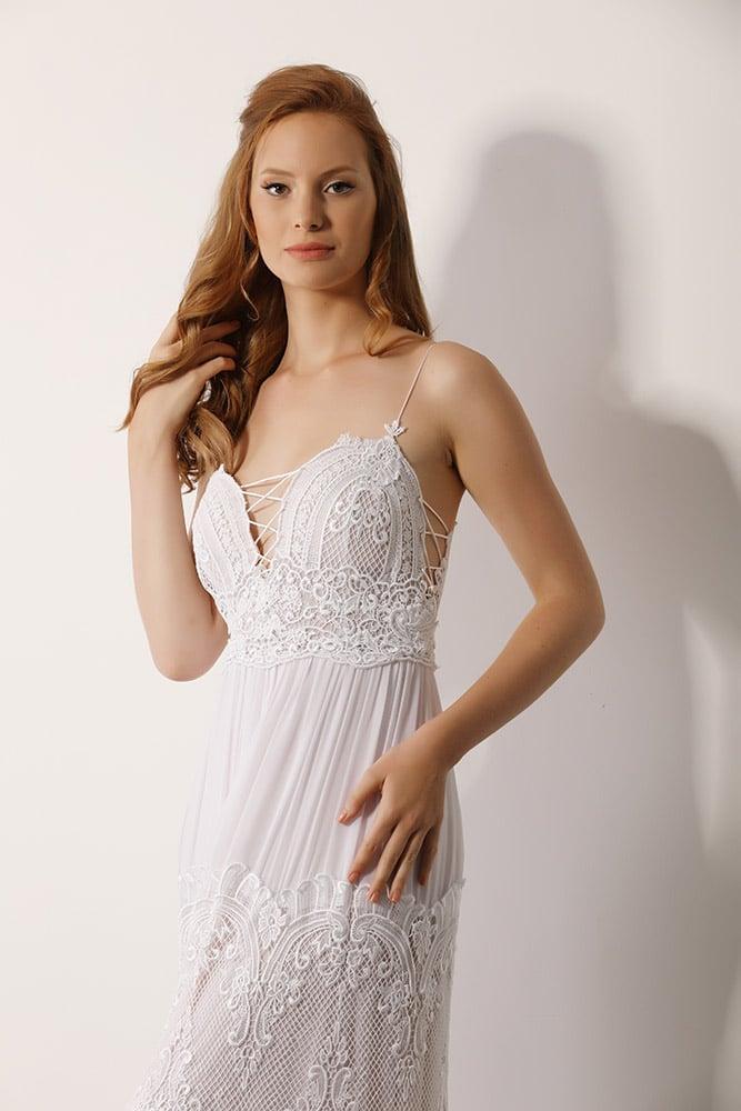סבינה מבית סטודיו לבנה שמלת כלה בוהו שיק עם תחרה כפרית עדינה גב פתוח וחצאית קומות בשילוב תחרה