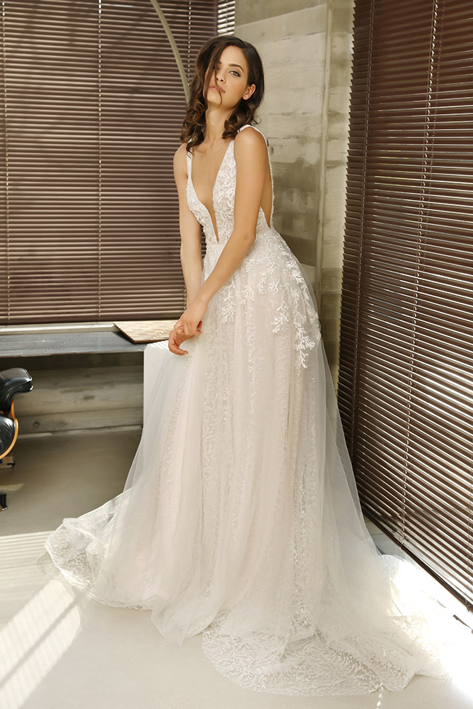 סיידי שמלת כלה קלאסית עם חצאית נפוחה עדינה מטול מנצנץ וחלק עליון עם תחרה מחורזת עשירה ומחשוף עמוק