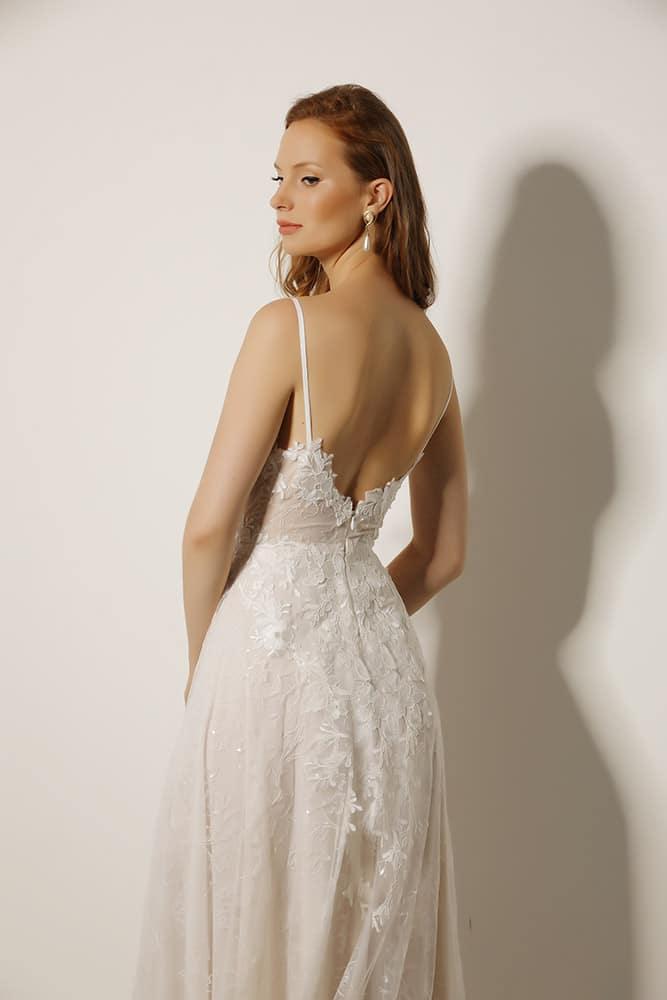 סשה מבית סטודיו לבנה שמלת כלה מתחרה עדינה עם חלק עליון עשיר וחצאית פייטים מנצנצת גב פתוח ושובל