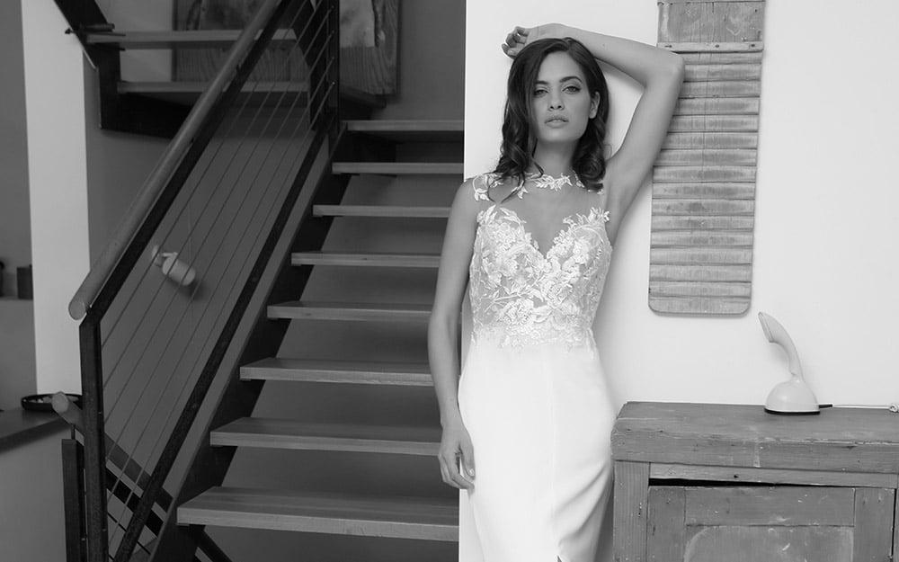 סוונה מבית סטודיו לבנה עם תחרת פרחים קאלסית מטפסת וחצאית צמודה נקייה