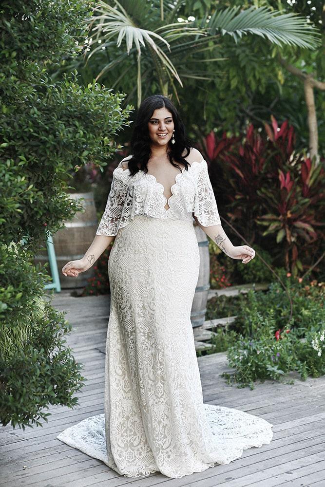 שון מבית סטודיו לבנה, שמלת כלה במידה גדולה צמודה מתחרה סטייל בוהו שיק, עם מחשוף עמוק ושרוול נשפך