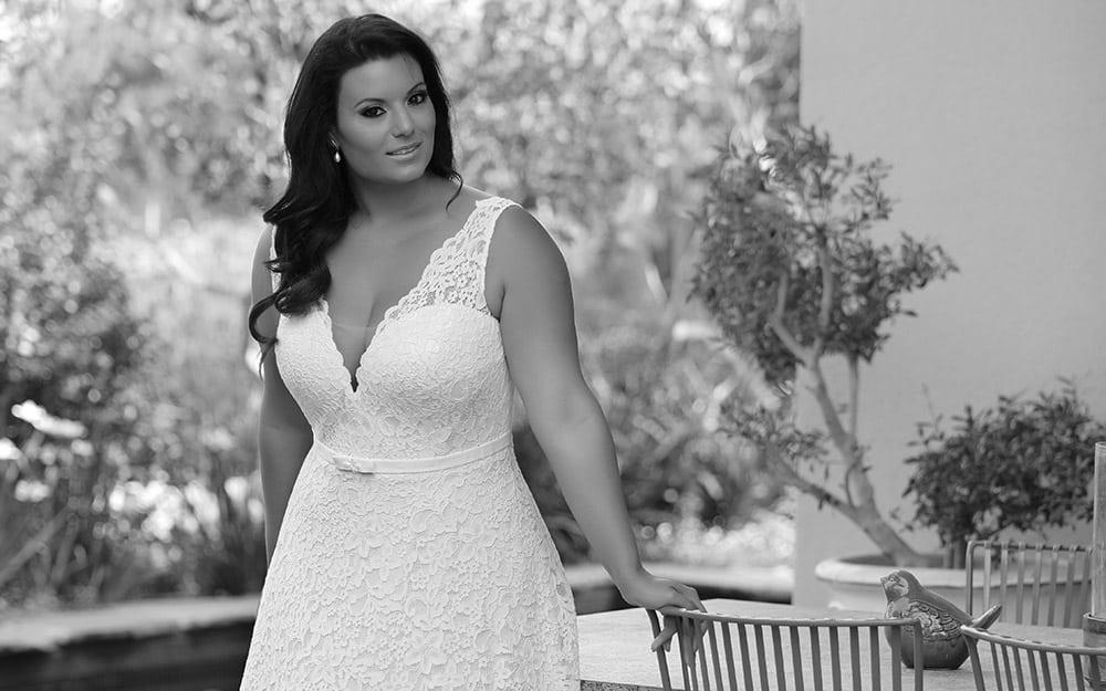 שמלת כלה במידה גדולה מתחרה עדינה מחשוף וי וחגורה סלין מבית סטודיו לבנה