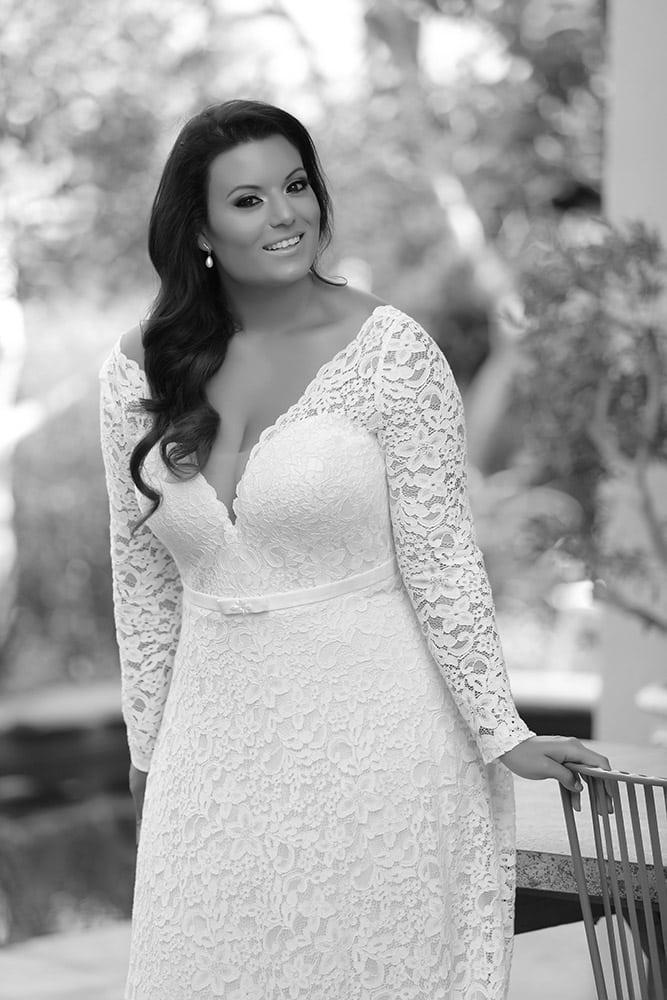 שמלת כלה במידה גדולה מתחרה עדינה מחשוף וי וחגורה עם שרוולי תחרה ארוכים סלין מבית סטודיו לבנה