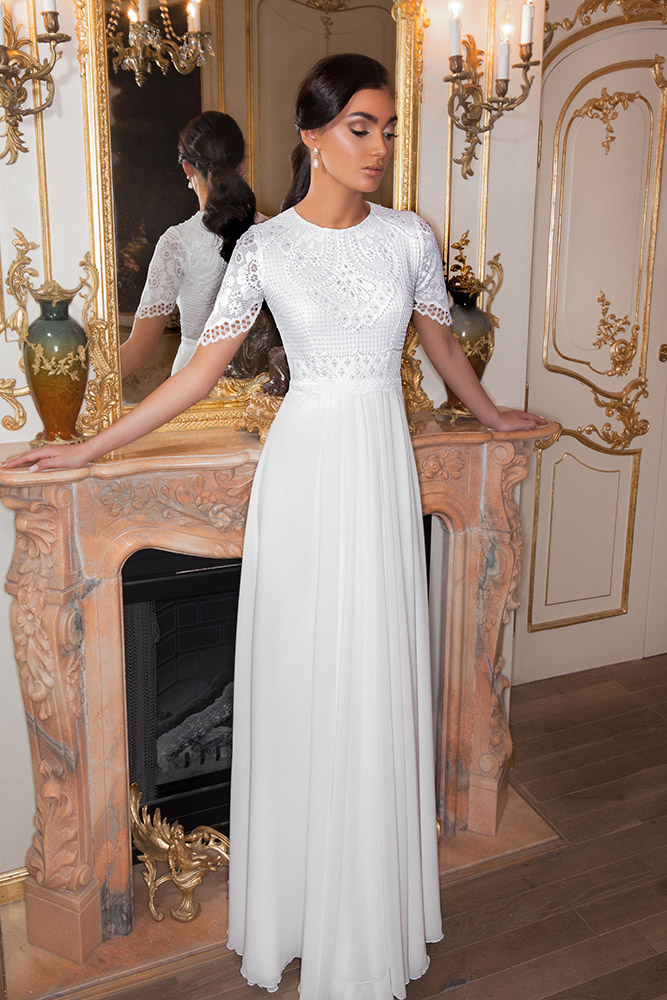 שרון מבית סטודיו לבנה, שמלת כלה צנועה בוהו שיק עם תחרה משובצת פנינים וחצאית שיפון נשפכת