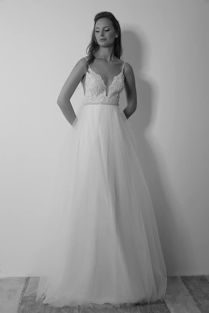 שרונה מבית סטודיו לבנה, שמלת כלה בגזרת נסיכות עם תחרת פייטים עדינה ומנצנצת גב פתוח וחצאית טול עם נפח עדין
