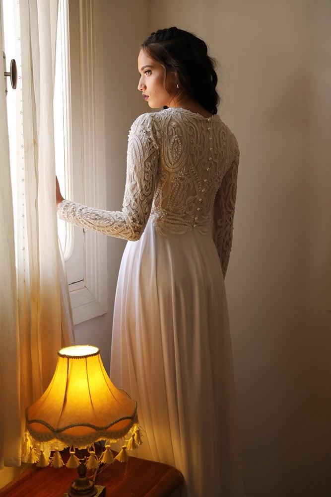 שנון מבית סטודיו לבנה, שמלת כלה צנועה תחרת מחורזת עם פנינים ושרוול תחרה ארוך צמוד